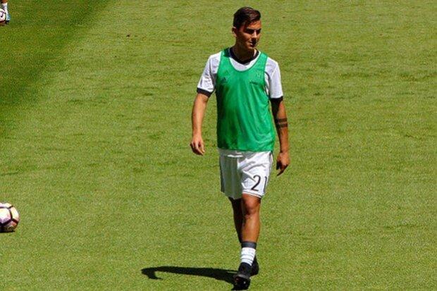 Paulo Dybala calentando en un partido de la Juventus